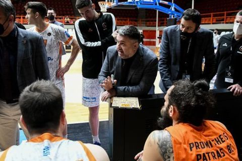 Ο Μάκης Γιατράς δίνει οδηγίες στους παίκτες του Προμηθέα
