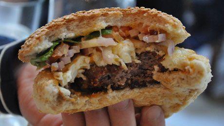 Στη Γλυφάδα δεν πας για μπάσκετ. Πας για burger, καλαμάκια και κρέπες