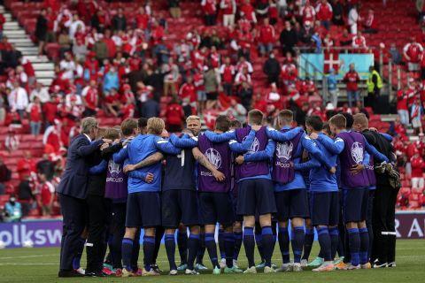 Οι παίκτες της Φινλανδίας στην επανέναρξη της αναμέτρησης με τη Δανία έπειτα απ' το περιστατικό με την Κρίστιαν Έρικσεν.