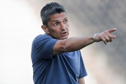 Ο προπονητής του ΠΑΟΚ, Ραζβάν Λουτσέσκου, δίνει οδηγίες