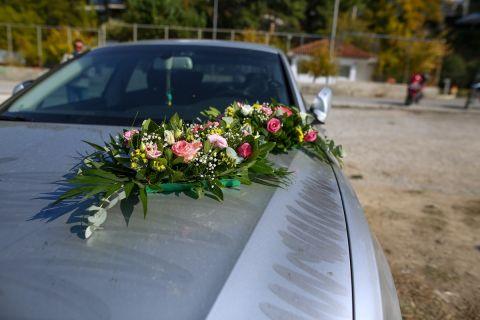 Λουλούδια στο αυτοκίνητο όπου βρέθηκε νεκρός ο Νίκος Τσουμάνης στη Νέα Κρήνη | Τρίτη 5 Οκτωβρίου 2021