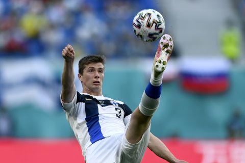"""Ο Ντάνιελ Ο' Σόνεϊ της Φινλανδίας σε στιγμιότυπο της αναμέτρησης με τη Ρωσία για τη φάση των ομίλων του Euro 2020 στο """"Κρεστόβσκι"""", Αγία Πετρούπολη   Τετάρτη 16 Ιουνίου 2021"""