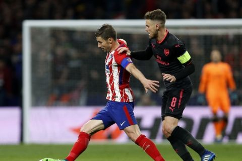 Atletico's Gabi, left, duels for the ball with Arsenal's Aaron Ramsey during the Europa League semifinal, second leg soccer match between Atletico Madrid and Arsenal at the Metropolitano stadium in Madrid, Spain, Thursday, May 3, 2018. (AP Photo/Francisco Seco)