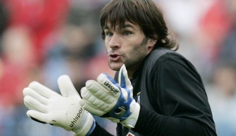 Atletico Madrid's Leo Franco reacts during a Spanish league soccer match against Betis at the Vicente Calderon stadium in Madrid, Saturday, April 19, 2008. (AP Photo/Paul White)