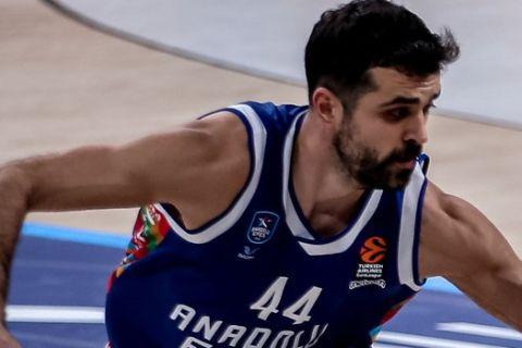 Ο Κρούνοσλαβ Σιμόν σε φάση από αγώνα της Αναντολού Εφές στη EuroLeague
