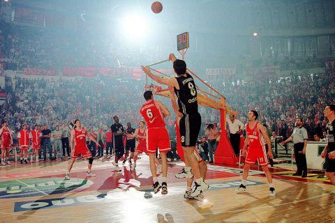 Το μεγάλο τρίποντο του Στογιάκοβιτς στον 3ο ημιτελικό των playoffs του 1998 με τον Ολυμπιακό στο ΣΕΦ