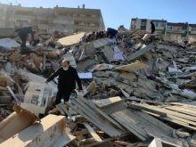 Εφιαλτικές εικόνες στη Σμύρνη. Κατάρρευση πολυώροφων κτιρίων. Άνθρωποι αναζητούν μόνοι τους επιζώντας στα συντίμμια