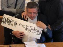 Τραμπούκικη επίθεση στον πρύτανη της ΑΣΟΕΕ - Του φόρεσαν ταμπέλα στο λαιμό