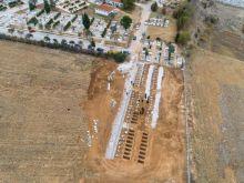 Μακάβριες εικόνες στη Θεσσαλονίκη: Ανοίγουν μαζικά νέους τάφους για τους νεκρούς του κορονοϊού