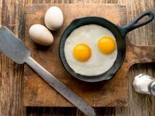 Ενα μικρό αλλά θαυματουργό κόλπο για εκπληκτικά τηγανιτά αυγά