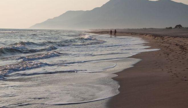 Τουρκική συμμορία έκλεβε τόνους άμμου από διάσημη παραλία