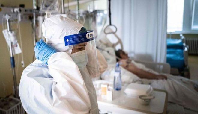 Ποια χώρα-έκπληξη έχει τον υψηλότερο δείκτη θνητότητας από κορονοϊό παγκοσμίως (και πώς έφτασε σε αυτό το σημείο)