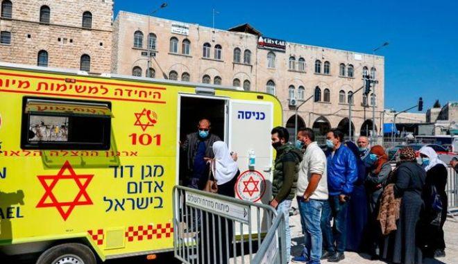 Η Παλαιστίνη κατηγορούσε το Ισραήλ για αποκλεισμό από τα εμβόλια. Ιδού τι εξοργιστικό έκανε μόλις τα παρέλαβε