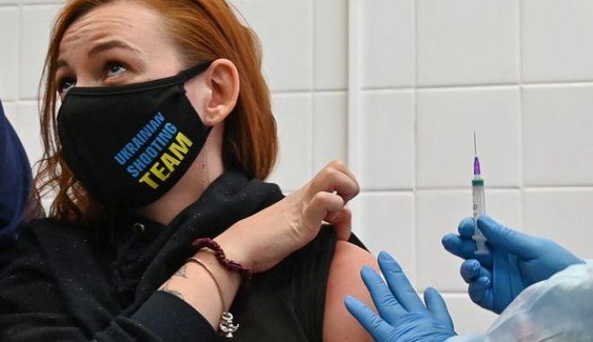 Επικεφαλής Pfizer: Μπορεί να χρειαστεί και τρίτη δόση του εμβολίου