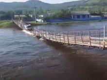 Παράτολμος οδηγός διασχίζει πλημμυρισμένη κρεμαστή γέφυρα. Η κατάληξη δεν είναι καθόλου καλή.