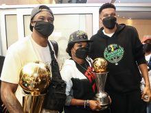 """Η άφιξη των Γιάννη και Θανάση Αντετοκούνμπο στην Ελλάδα: """"Το πρωί θα πάμε για προπόνηση, είναι εθιστικό να είσαι πρωταθλητής NBA"""""""