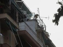 Στο πεζοδρόμιο βρέθηκε ο ένας εκ των νεκρών στα Πατήσια. Εκτιμάται πως εκτινάχθηκε από το διαμέρισμα του 4ου ορόφου λόγω της έκρηξης