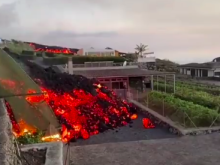 Μέσα στα σπίτια η λάβα από το ηφαίστειο που εξερράγη στην Λα Πάλμα-Τρώει την άσφαλτο, τα δάση και κυκλώνει οικισμούς (ΒΙΝΤΕΟ-ΦΩΤΟ)