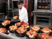 Ο Βρετανός «βασιλιάς του κοτόπουλου» προειδοποιεί: Τελείωσε η 20ετία του φθηνού φαγητού