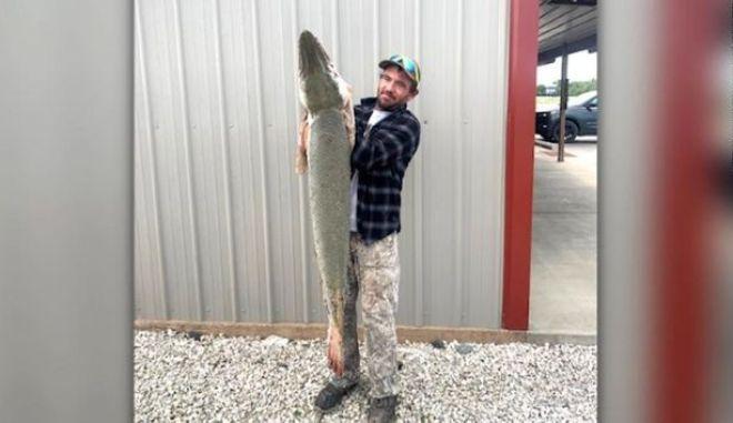 """Ψάρι-αλιγάτορας πιάστηκε και καταγράφηκε για πρώτη φορά στα χρονικά στο Κάνσας. Θεωρείται """"ζωντανό απολίθωμα"""""""