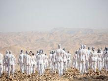 Γυμνοί στη Νεκρά Θάλασσα: Γιατί 300 εθελόντριες και εθελοντές φωτογραφήθηκαν γυμνοί στο Ισραήλ