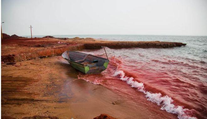 Το νησί-ουράνιο τόξο με το χώμα που τρώγεται